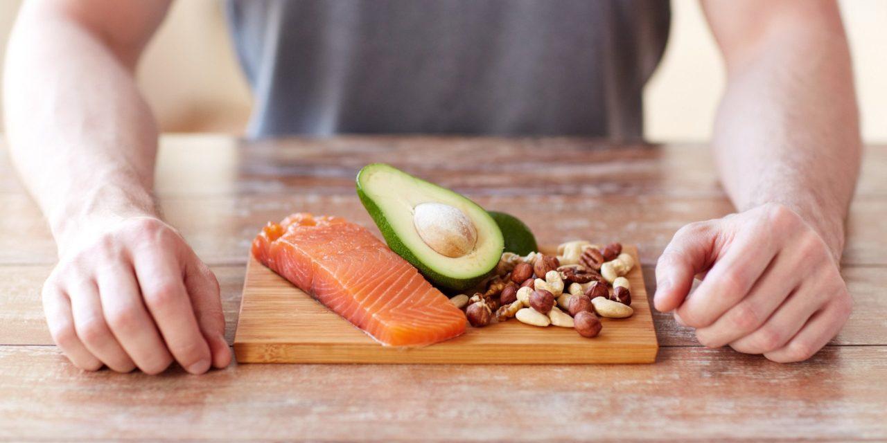 proteinrik mat på ett bord framför en man