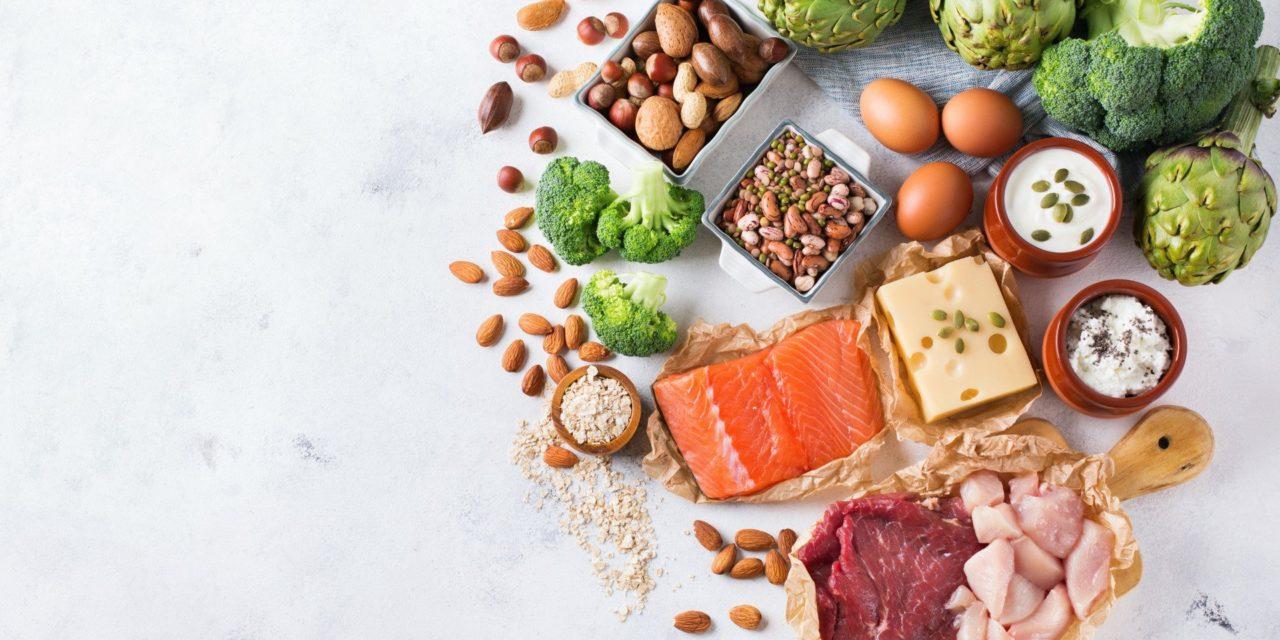 proteinrik mat på ett vitt bord