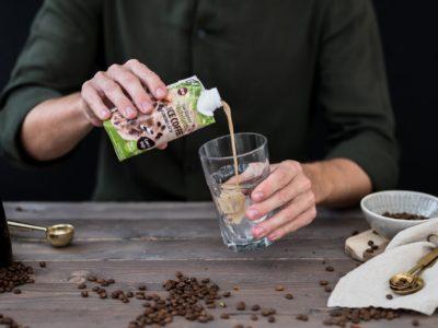 man häller nutrilett smoothie almond latte