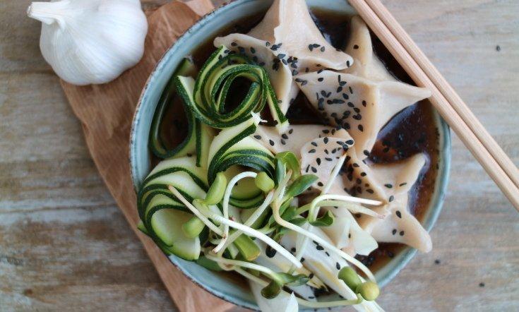 Vegetariska dumplings i buljong